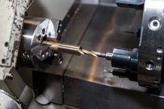 Metal el proceso que trabaja a máquina en blanco en el torno con la herramienta de corte foto de archivo