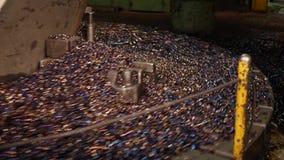 Metal el proceso que trabaja a m?quina en blanco en el torno con la herramienta de corte almacen de metraje de vídeo