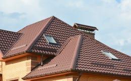 Metal el tejado con la construcción moderna del ático de la casa con guttering del tejado y la ventana del tragaluz del ático Tra Foto de archivo