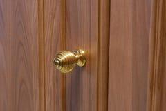 Metal el tirador de puerta en una puerta de madera, primer Tirador de puerta en el interior imagen de archivo libre de regalías