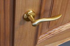 Metal el tirador de puerta en una puerta de madera, primer Tirador de puerta en el interior imagen de archivo