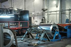 Metal em volta do rolo da folha de aço inoxidável galvanizada, fabricação industrial da maquinaria do trabajo em metal fotografia de stock