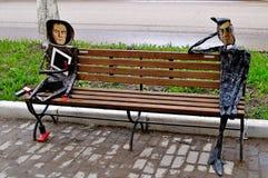 Metal esculturas de artistas famosos Malevich e Kandinsky projetados em um estilo moderno, situado perto do centro de Novgorod do Fotografia de Stock Royalty Free