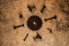 Metal ferramentas, torneira da chave do formão da lâmina de serra e os bocados de broca colocaram horizontalmente no concre Imagens de Stock Royalty Free