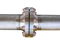 Metal flanges da tubulação com parafusos em um fundo isolado, conduza a linha na indústria de petróleo e gás e instalada na plant Imagem de Stock Royalty Free