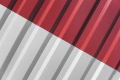 Metal a folha branca e vermelha para a construção industrial e a construção Chapa metálica do telhado ou telhados ondulados da fá foto de stock