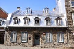 Casa francesa del estilo en la ciudad de Quebec vieja Fotografía de archivo