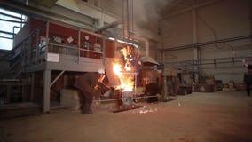 Metal fundido en un horno de fusión almacen de video