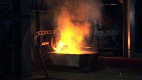 Metal fundido pesado en el horno moderno con la ducha caliente de las chispas almacen de metraje de vídeo