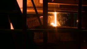Metal fundido que vierte fuera del horno Metal líquido del horno metrajes
