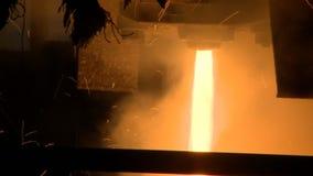Metal fundido que vierte fuera del horno Metal líquido del horno almacen de metraje de vídeo