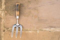 Metal gasto e forquilha de madeira da mão do jardim Fotografia de Stock Royalty Free