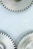 Metal gli ingranaggi graffiati del macchinario su fondo industriale grigio Immagine Stock Libera da Diritti