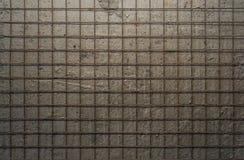 Metal a grade no fundo de um muro de cimento cinzento Fotos de Stock