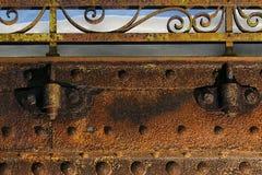 Metal grampos da viga e do corrimão de ponte no inverno. Fotos de Stock