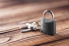 Metal il lucchetto con le chiavi argentate su vecchio fondo di legno Concetto di sicurezza e della proprietà con il simbolo di pr Immagini Stock Libere da Diritti