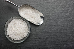 Metal il mestolo in pieno di sale bianco in una ciotola di vetro fotografia stock libera da diritti