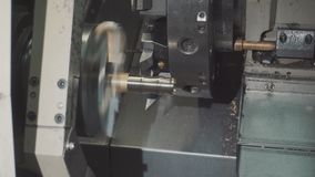 Metal il processo lavorante in bianco sul tornio con l'utensile per il taglio stock footage