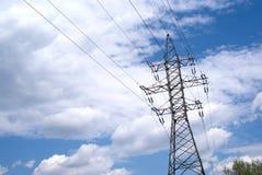 Metal il puntello e la linea elettrica ad alta tensione sopra la s blu Fotografie Stock Libere da Diritti