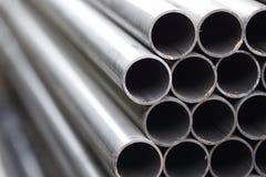 Metal il tubo di profilo della sezione rotonda nei pacchetti al magazzino dei prodotti metallici Fotografie Stock