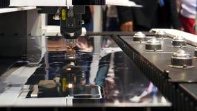 Metal industrial del corte de máquina del laser, muestra robótica en la exposición internacional, concepto del mecanismo de la te metrajes