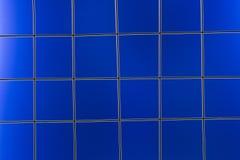 Metal Ineinander greifen auf dem blauen Hintergrund Lizenzfreie Stockfotografie