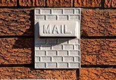 Metal Inset почтового ящика в красную текстурированную кирпичную стену Стоковые Фото