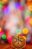 Metal Jingle Bell del oro con el copo de nieve en copia de madera de la tabla Imagen de archivo libre de regalías