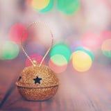 Metal Jingle Bell del oro con la estrella en espacio de madera de la copia de la tabla Fotos de archivo