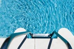 Metal Jobstepps in die Einladung des blauen Pools Stockbilder