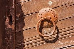 Metal knocker двери на деревянной двери, монастыре Toplou, Крите Стоковое Изображение RF