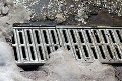 Metal kratownica wodny drenaż pod roztapiającym śniegiem zdjęcia royalty free