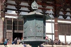Metal a lâmpada na frente da igreja budista feita da madeira da teca o mais grande do mundo do templo de Todaiji fotografia de stock