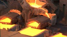 Metal líquido que brilla intensamente en la fundición almacen de video