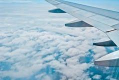 Metal l'ala degli aerei sui precedenti di cielo blu e delle nuvole bianche fotografie stock libere da diritti