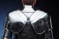 Metal l'armatura del ` s del cavaliere, la protezione del corpo, fondo scuro Immagini Stock Libere da Diritti