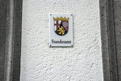 Metal l'emblème allemand monté par signe de bureau de s'inscrire de traduction de Standesamt de mot de mur de la région allemande Images libres de droits