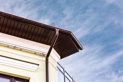 Metal l'incanalamento bianco della grondaia della pioggia sull'angolo della casa Fotografie Stock Libere da Diritti