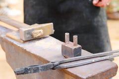 Metal l'incudine, il martello e le tenaglie per funzionamento del fabbro Immagine Stock