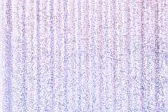 Metal la barrière dans la couleur lilas, avec les taches et le grain Texture de métal ondulé illustration stock