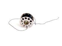 Metal la bobina delle bobine della macchina per cucire o del filo isolate su briciolo Fotografia Stock