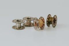 Metal la bobine du fil sur le fond blanc avec le filtre de vintage Photo stock