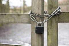Metal la cadena y padlock en una puerta de madera Fotografía de archivo libre de regalías