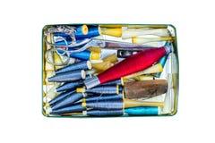 Metal la caja de almacenamiento con los hilos y los accesorios de costura de la costura en el fondo de madera Imagen de archivo