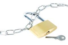 Metal la catena, un lucchetto sbloccato e una chiave Immagine Stock