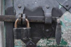 Metal la cerradura en puerta en la iglesia cristiana del ortodox de la trinidad antigua Imágenes de archivo libres de regalías
