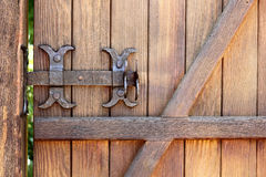 Metal la cerradura forjada del perno en una puerta de madera Fotografía de archivo