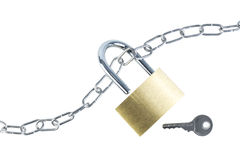Metal la chaîne, le cadenas débloqué et une clé Photographie stock