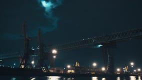 Metal la construcción de puente sobre puerto de la ciudad en noche oscura almacen de video