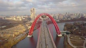 Metal la construction du pont pittoresque resté par câble rouge de voûte au-dessus de la rivière de Moscou banque de vidéos